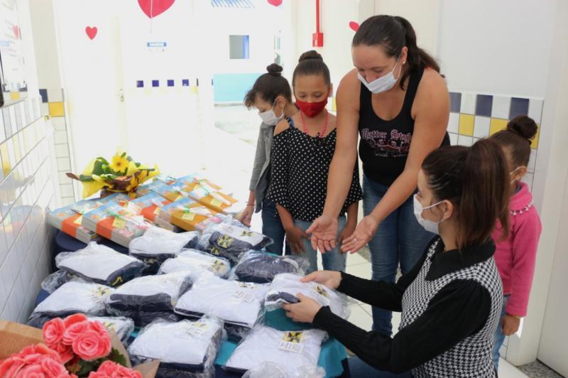 Alunos da Rede Municipal de Ensino de Itajaí recebem novos uniformes