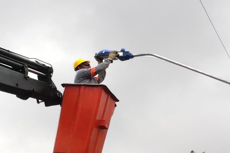 Mais oito ruas do Imaru� recebem nova ilumina��o