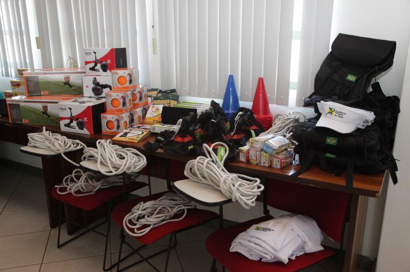 Sa�de e FMEL entregam kits esportivos a professores do Itaja� Ativo