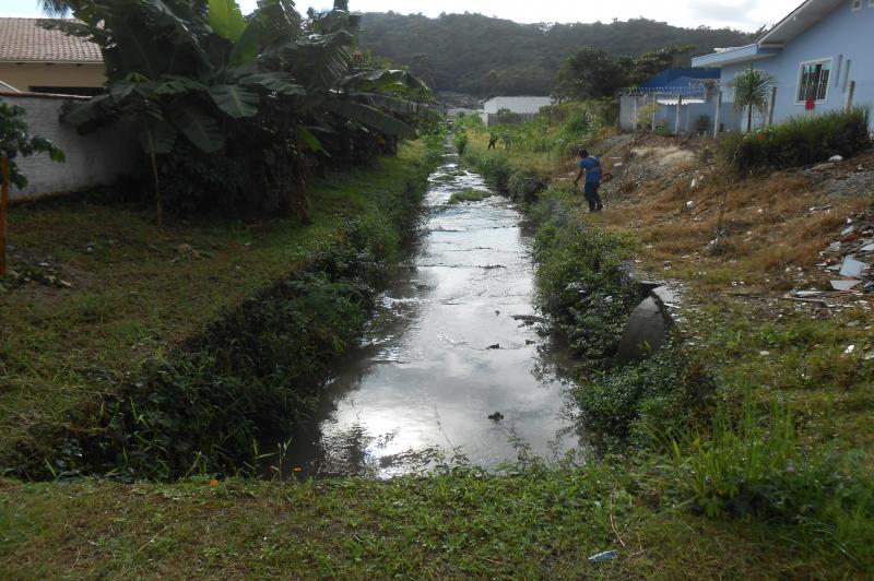 Limpeza de vala est� na Fazenda e Espinheiros