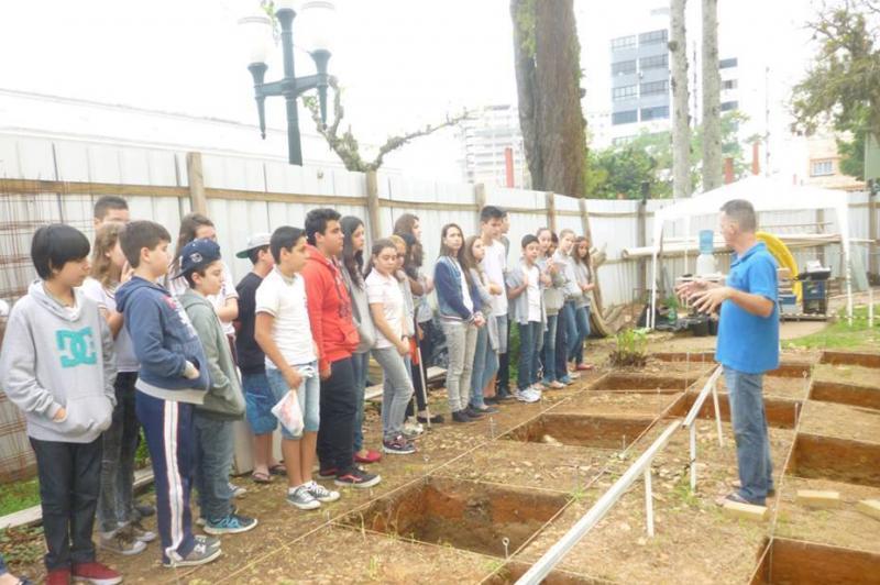 Estudantes visitam escava��es do Museu Hist�rico