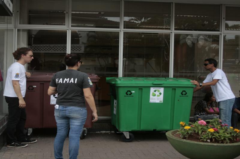 Famai distribui contentores de resíduos no Centro de Itajaí