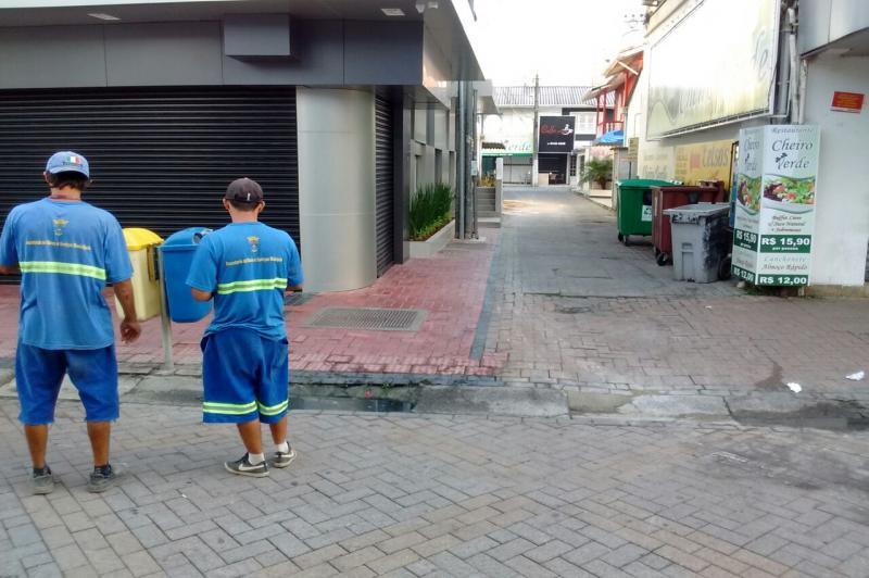 Sistema de drenagem da Rua Hercílio Luz recebe limpeza