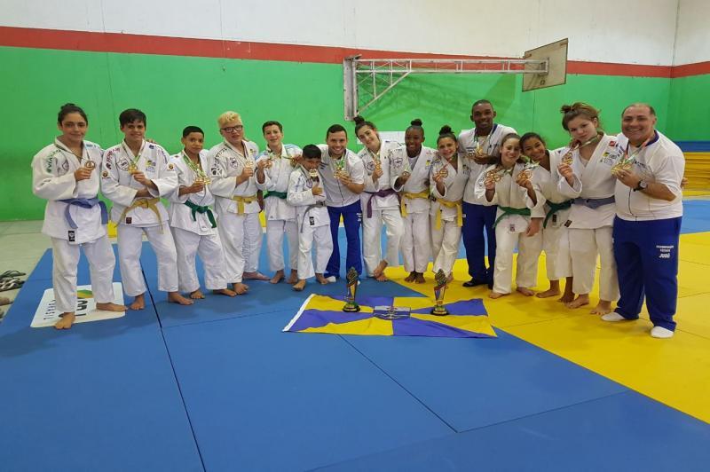 Itajaí ergue o troféu de terceiro lugar na Olimpíada Estudantil Catarinense