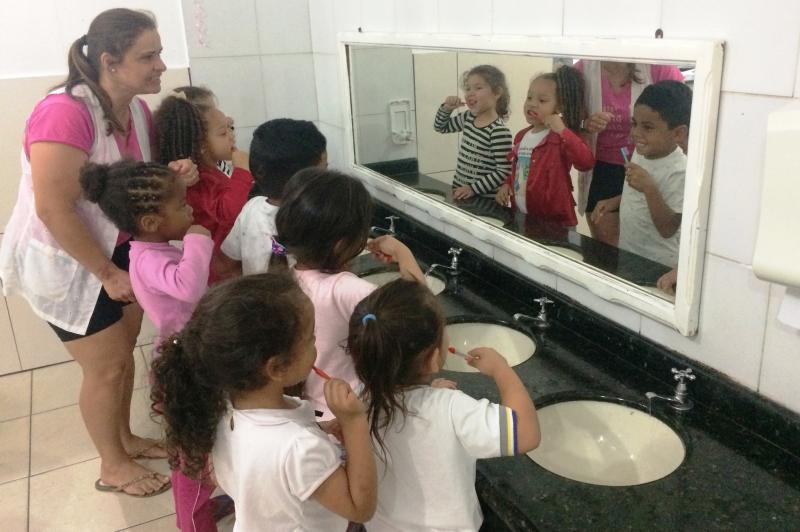 CEI promove teatro sobre a importância da higiene bucal