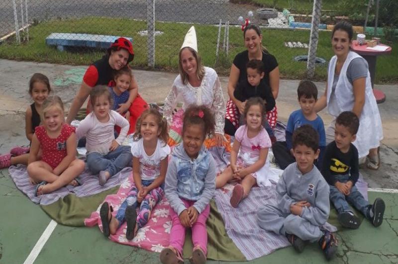 Personagens infantis recepcionam alunos de Centro de Educação Infantil