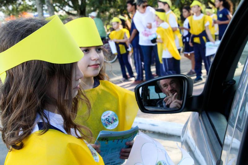 Alunos participam de blitz educativa sobre segurança no trânsito