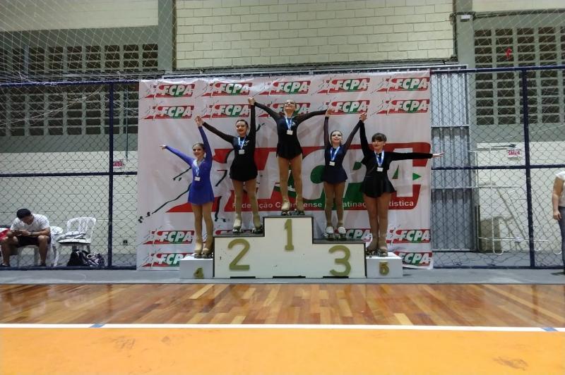 Patinadoras da Escola Rodas de Ouro conquistam 31 medalhas em Florianópolis