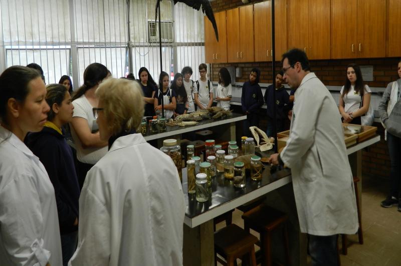 Alunos da Escola Ariribá conhecem laboratórios da Univali