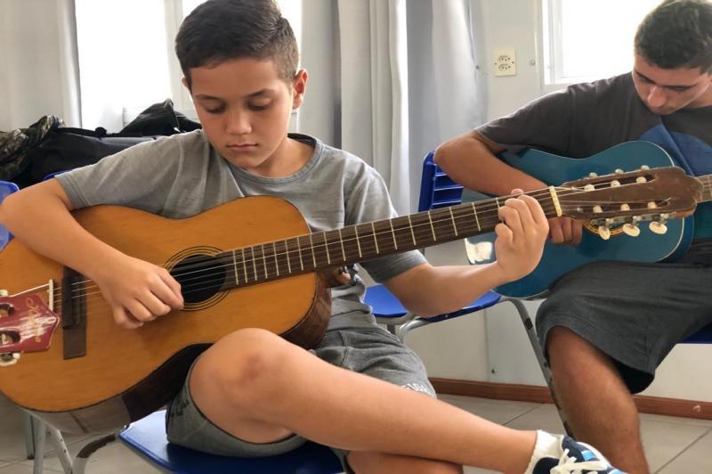 Escola Básica de Campo Maria do Carmo Vieira oferece aulas de violão no contraturno escolar