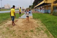 Meninas competem em provas de atletismo no primeiro dia de disputas da modalidade, nos Jogos Escolares de Itajaí
