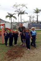 Centro de Educação Infantil Zilda Arns recebe plantio de árvores