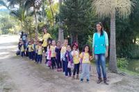 Alunos de Itajaí participam de atividades ambientais em sítio da zona rural