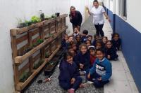 Alunos fazem horta no Centro de Educação Infantil João Victorino