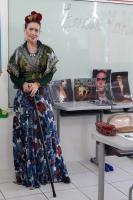 Professora da rede municipal ministra aula temática sobre Frida Kahlo