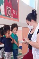 Professora da Rede Municipal aposta no contato com os animais para ensinar alunos do berçário