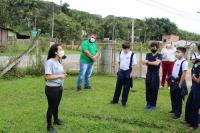 Alunos da Escola de Campo Maria do Carmo Vieira participam de plantio de mudas de árvores