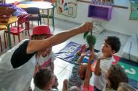 CEI utiliza sacolas com ilustrações em contação de histórias