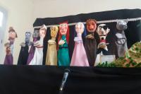 Companhia de teatro apresenta espetáculo de bonecos nos bairros de Itajaí