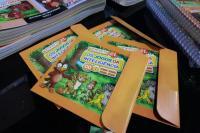 Começa a entrega de livros da Escola da Inteligência para os pais