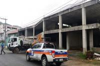 Município realiza limpeza emergencial em prédio abandonado no Centro