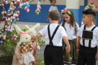 Escola Básica Inês Cristofolini monta árvore de páscoa alemã