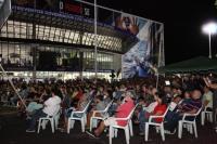 Público lota teatro na praça para ver espetáculo com atriz Elizabeth Savalla