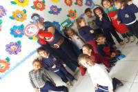 Capitã América recepciona pequenos do CEI Padre João Pivatto
