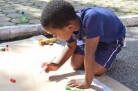 Crianças se divertem em atividades na Biblioteca Pública