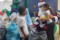 Alunos do Pedro Rizzi ganham presentes do Papai Noel